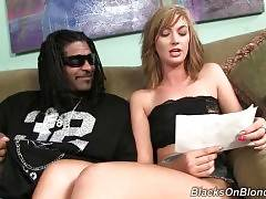 Alana Rains tries to get pregnant and her black friend Jack Napier is ready to help her.
